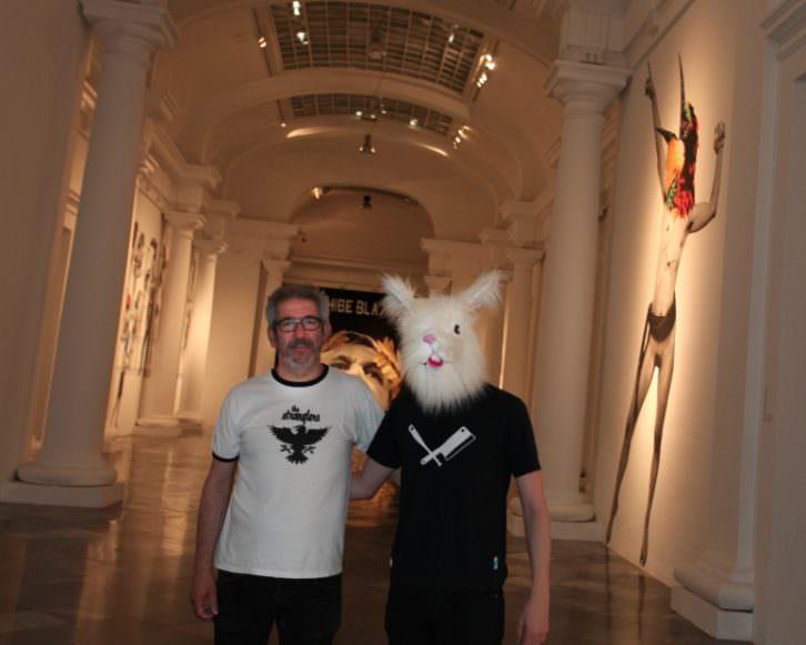 Vinz Feel Free, encapuchado, y Txema Rodríguez. Imagen cortesía de Centre del Carme.