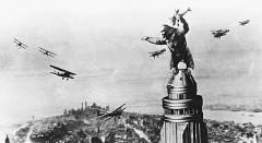 Fotograma de la película 'King Kong' (Cooper & Schoedsack, 1933), aupado sobre el Empire State Buiilding de Nueva York.