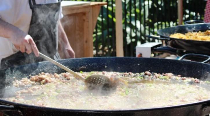 La mano del maestro revisa el punto del arroz. Imagen cortesía valenciagastronomica.com