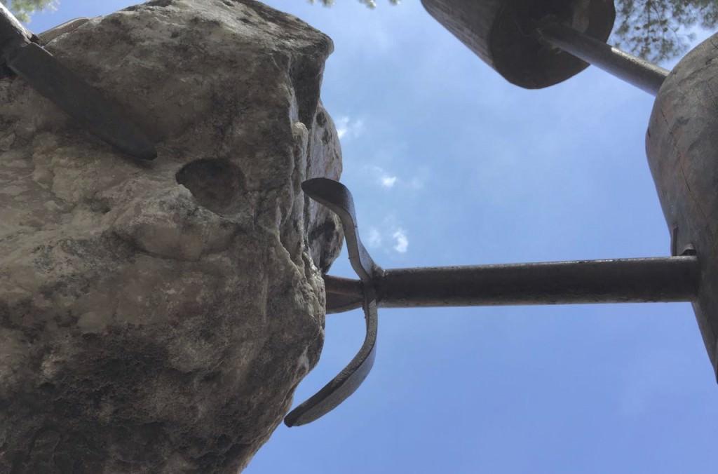 Detalle del deterioro de la pieza escultórica 'Conjunción Totémica', de Emilio Gallego. Fotografía cortesía del artista.