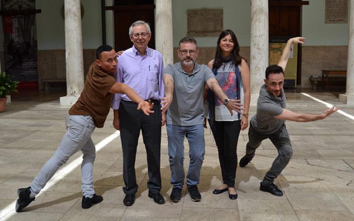 De izda a dcha, Maynor Chaves, Antonio Ariño, Roberto García, Laura Monrós y Yoshua Cienfuegos, en el claustro de La Nau. Imagen cortesía de la Universitat de València.