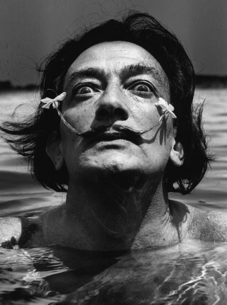 Dalí dans l'eau. retratado por Jean Dieuzaide
