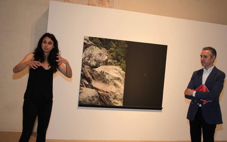 Irene Grau, junto a su obra ganadora, en presencia de José Luis Pérez Pont, director del Centre del Carme. Imagen cortesía del Centre del Carme.