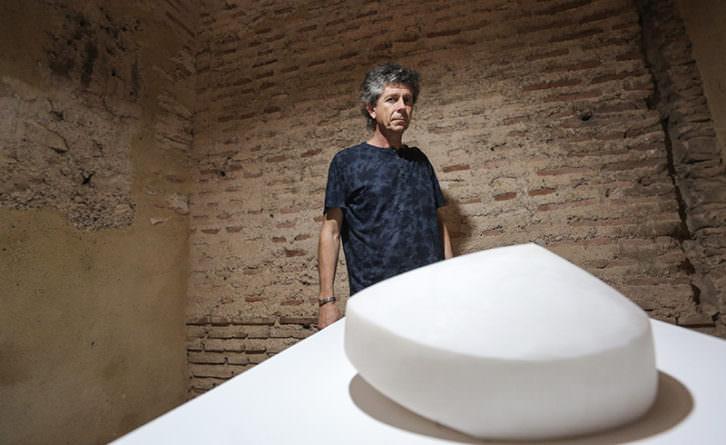 Toni Cucala junto a una de las obras de su exposición en el E CA de Riba-roja. Fotografía: MAO