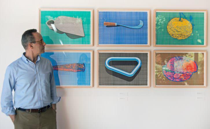 Manuel Sáez junto a algunas de sus obras. Imagen cortesía del Jardí Botànic.