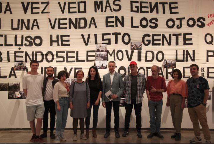 El director del Centre del Carme, José Luis Pérez Pont, en el centro, junto al comisario y los artistas de Notificaciones. Imagen cortesía del Centre del Carme.