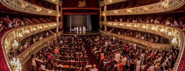 Vista del Teatro Principal al término del espectáculo 'Oskara'. Imagen cortesía de Tercera Setmana.