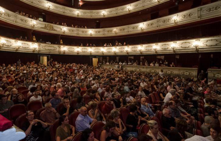 Vista del numeroso público asistente al espectáculo 'Oskara' en el Teatro Principal de Valencia. Imagen cortesía de Tercera Setmana.