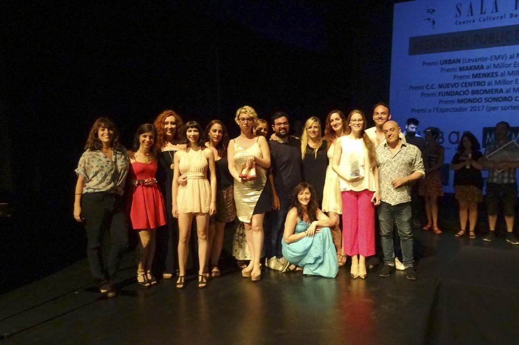Imagen de la entrega del Premio Sala Russafa al Mejor Espectáculo Revelación, que ha recalado en el montaje 'Julio César', de la compañía Trece Teatro.  Fotografía cortesía de los organizadores.