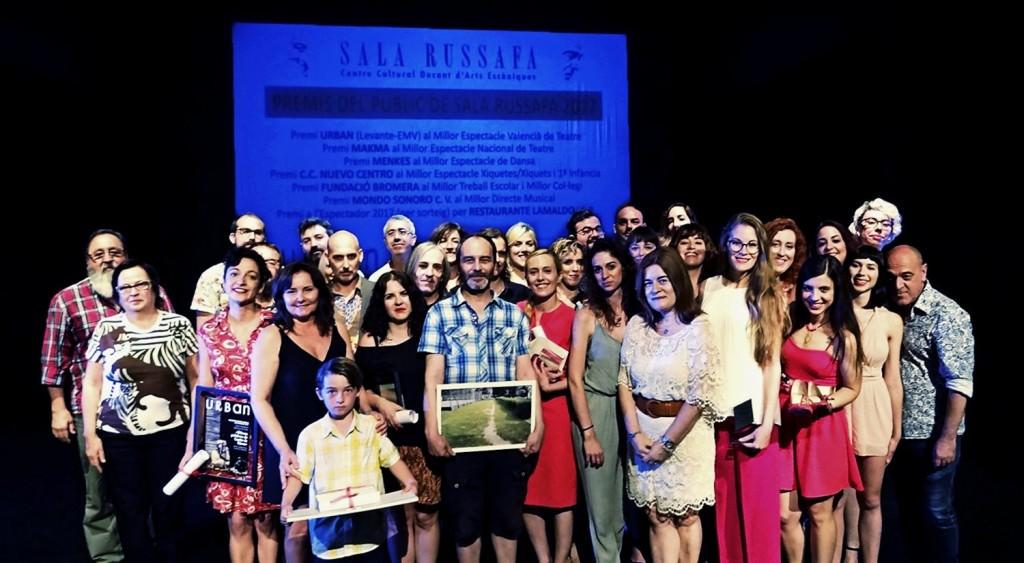 Imagen general de los diferentes galardonados y representantes de las entidades colaboradores de los VI Premios del Público de Sala Russafa. Fotografía cortesía de los organizadores.