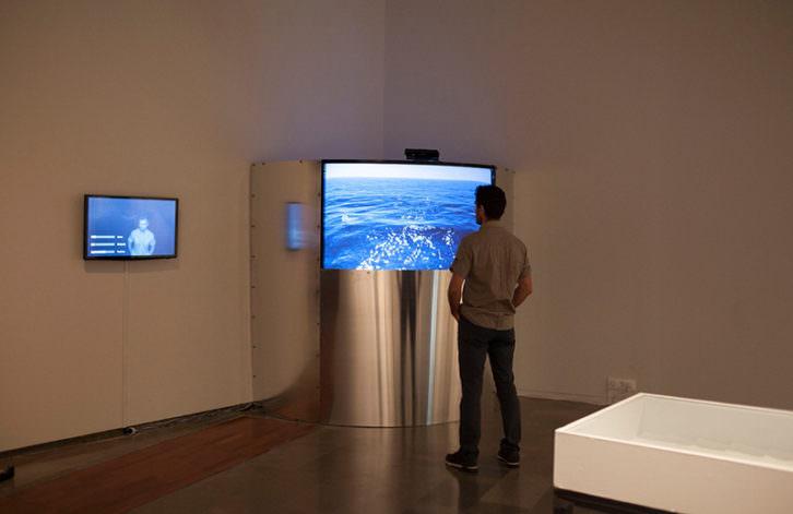 Un espectador contempla una de las instalaciones de Hugo Martínez-Tormo. Imagen cortesía del Centre del Carme.