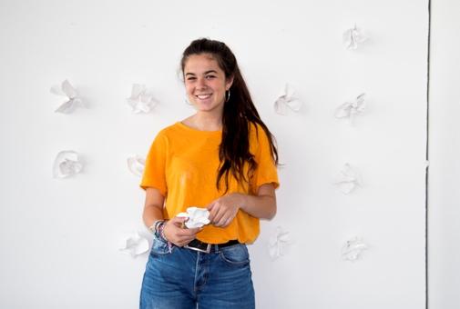 """Anna Meléndez Morales ante una parte de su pieza escultórica """"Consumits al instant"""". Fotografía, cortesía Facultad de Bellas Artes San Carlos."""