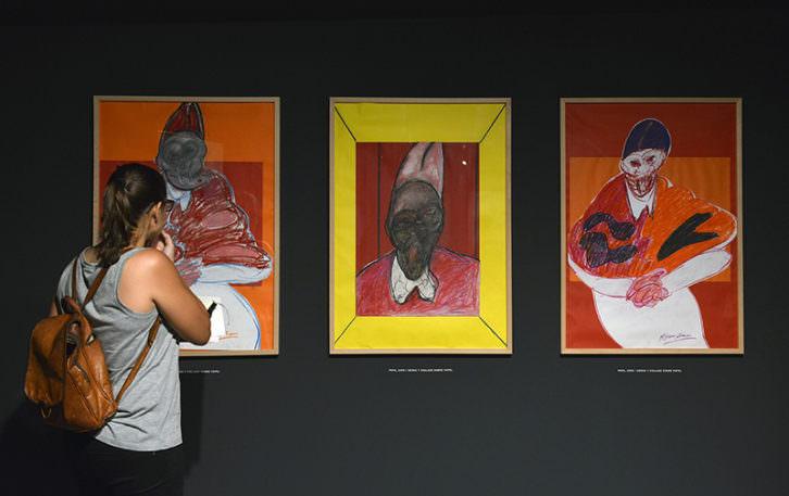 Una joven observa algunas de las obras de la exposición de Francis Bacon. Imagen cortesía de Fundación Bancaja.