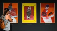 Una joven observa algunas de las obras de la exposición de Bacon.