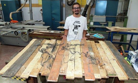 """Guillem Pujol Crespo, con su escultura titulada """"1=0"""". Fotografía, cortesía Facultad de Bellas Artes San Carlos."""