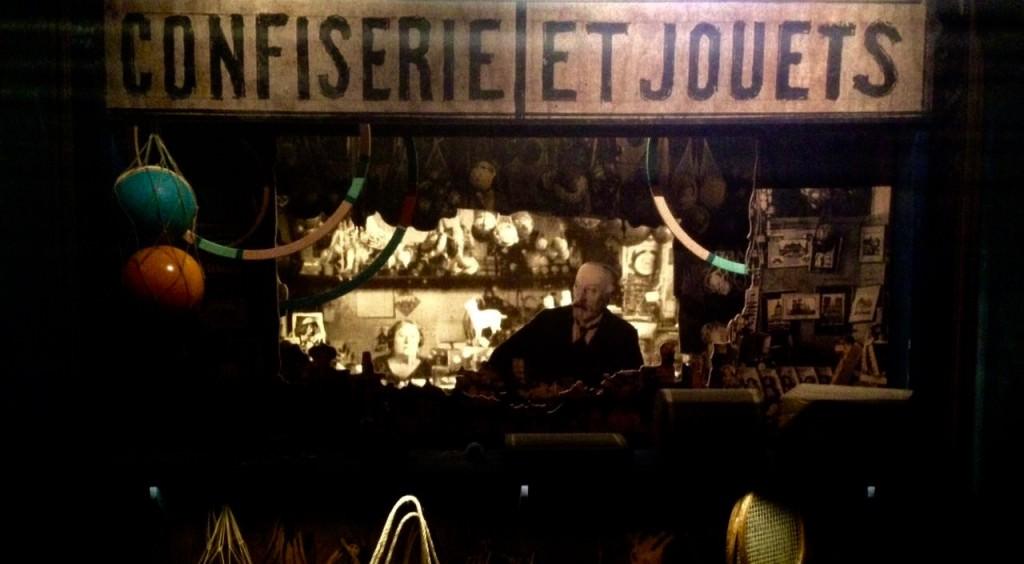 George Méliès y su esposa, la actriz Jeanne d'Alcy tras el mostrador su juguetería en la estación de Montparnasse. Fotografía: Merche Medina.