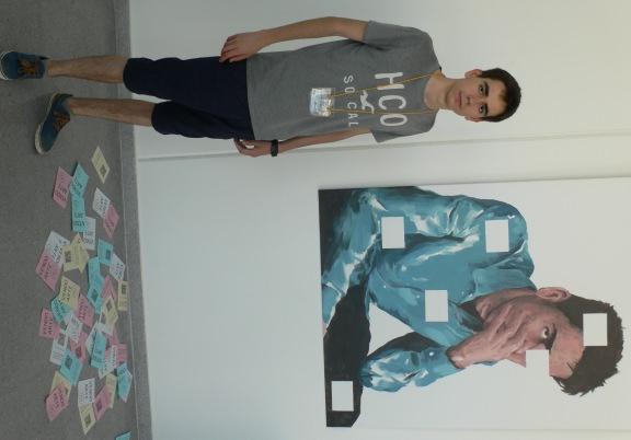 """Javier Martínez ante su obra, """"Producto Disponible"""". Fotografía, Vicente Chambó."""
