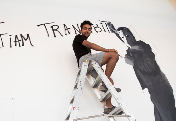 """Juan Pablo Bracho Salas, ante su graffiti """"Introspección"""". Fotografía, cortesía Facultad de Bellas Artes San Carlos."""