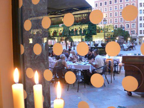 Vista de la plaza del Patriarca desde el interior del Restaurante Mar de Avellanas.