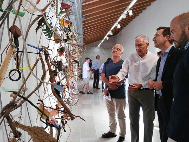 Pepe Gimeno, en el centro con camisa blanca, dando explicaciones de su exposición. Imagen cortesía del E CA.