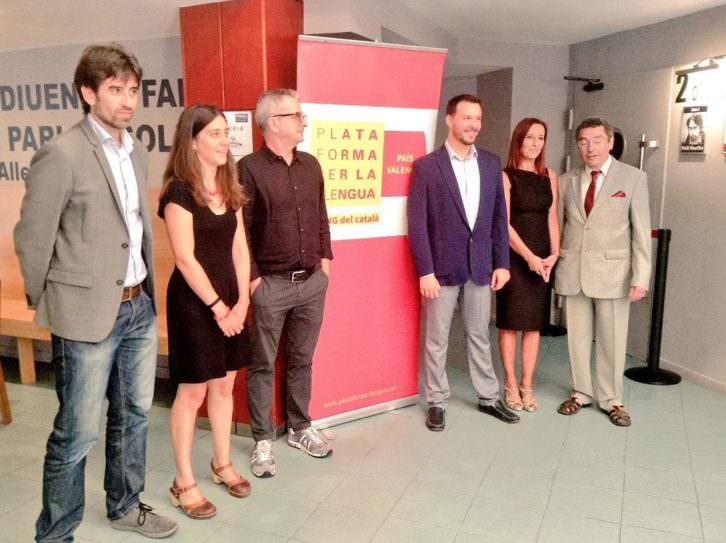 Representantes institucionales durante la presentación de la campaña 'El cinema en valencià! en los cines Albatexas.