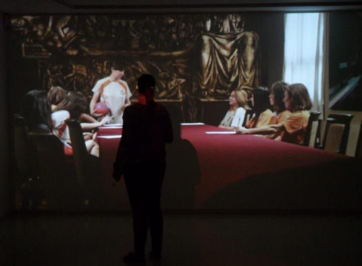 Una joven frente a una de las obras de la exposición de Carmela García 'Cartografías de lo invisible' en el IVAM.