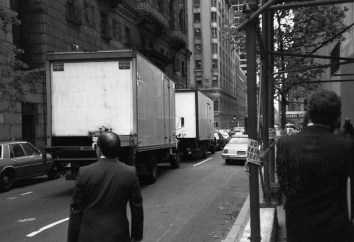 Dos camiones transportaron el Guernica hasta el aeropuerto JFK de Nueva York. Archivo Javier Tusell.