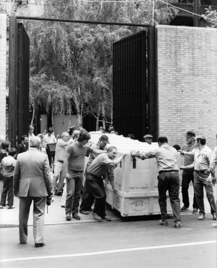 Operarios sacan el Guernica del MoMA. Archivo Javier Tusell
