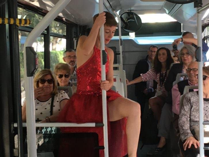 Momento de la actuación de Eva Bertomeu en un autobús de la EMT. Imagen cortesía de Circuito Bucles.