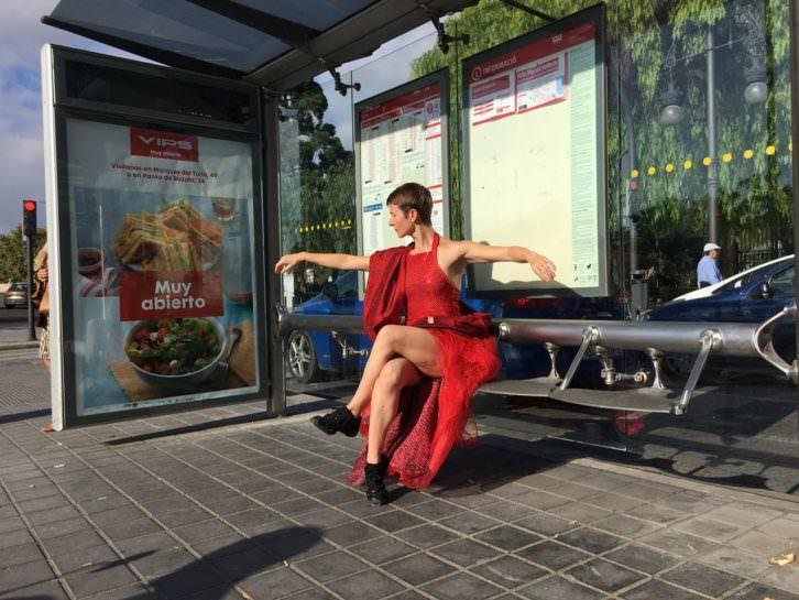 Eva Bertomeu poco antes de su actuación en un autobús de la EMT. Imagen cortesía de Circuito Bucles.