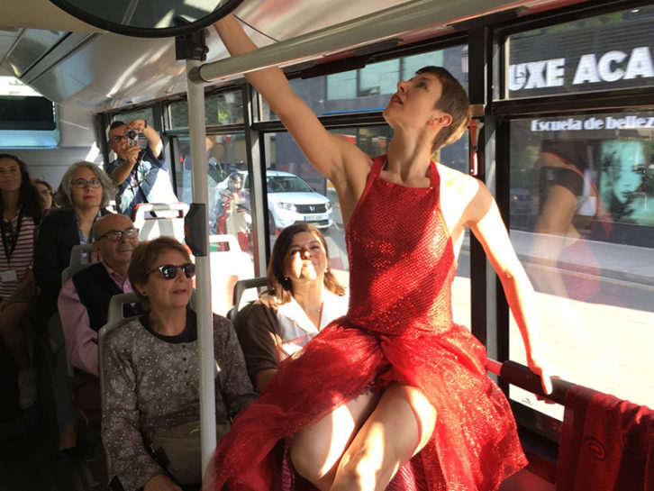 Eva Bertomeu durante su actuación en un autobús de la EMT de Valencia. Imagen cortesía de Circuito Bucles.