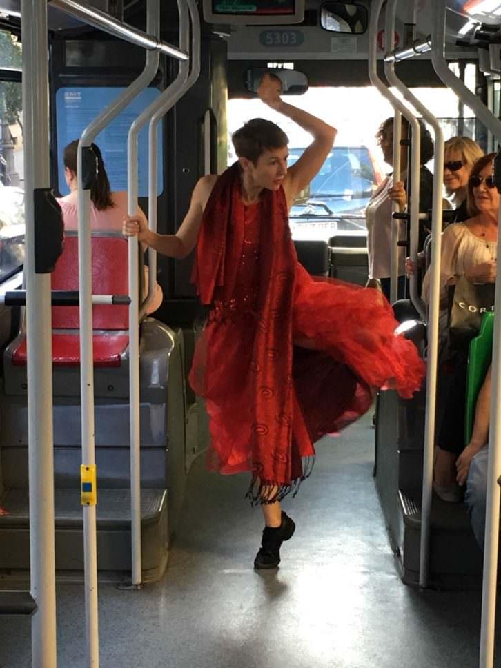 Eva Bertomeu en un instante de su actuación en un autobús de la EMT de Valencia. Imagen cortesía de Circuito Bucles.