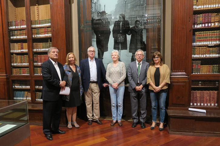 Responsables de la exposición 'La biblioteca de Juan Negrín y los libros'. Imagen cortesía de La Nau.