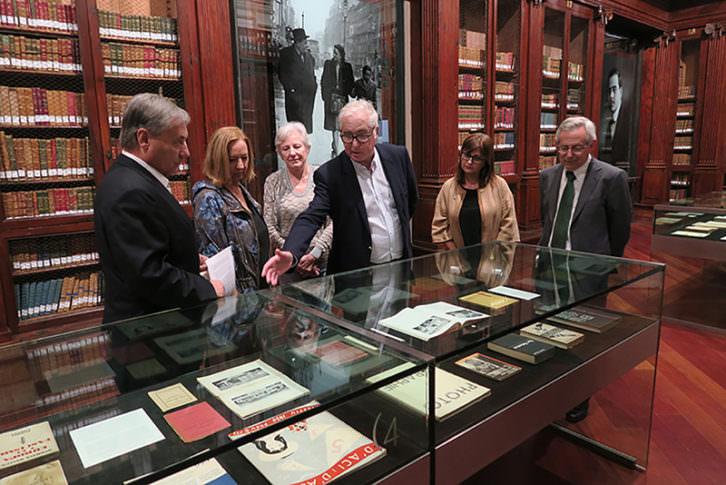 Responsables de la exposición 'La biblioteca errante. Juan Negrín y los libros'. Imagen cortesía de La Nau.