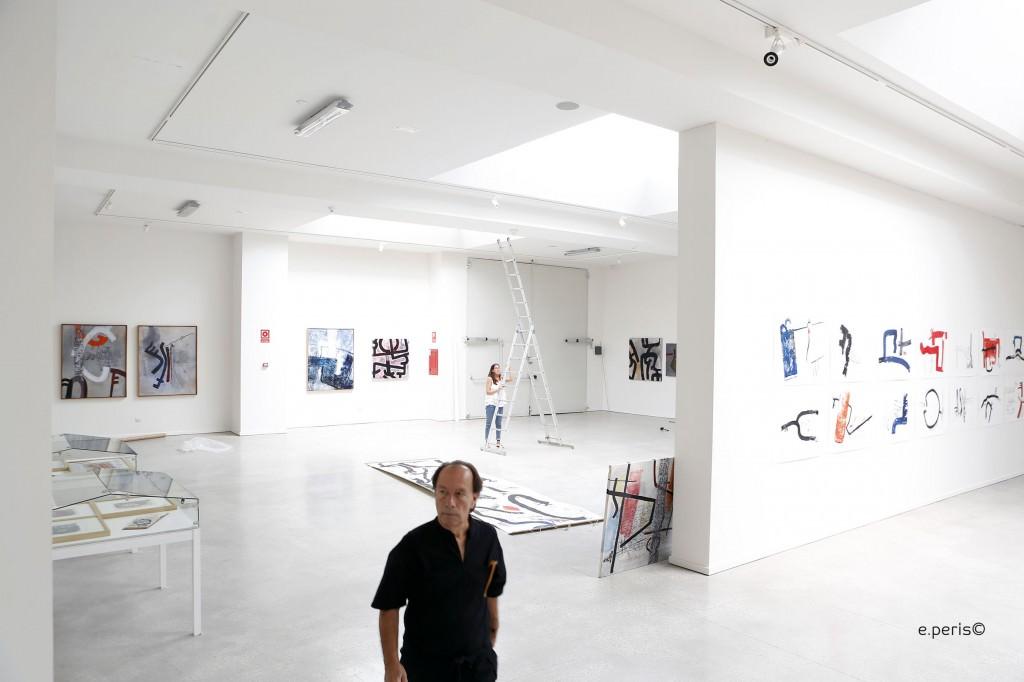 El artista Claudio Zirotti durante un instante del montaje de la exposición 'Pre-Textos'. Fotografía: Eduardo Peris.