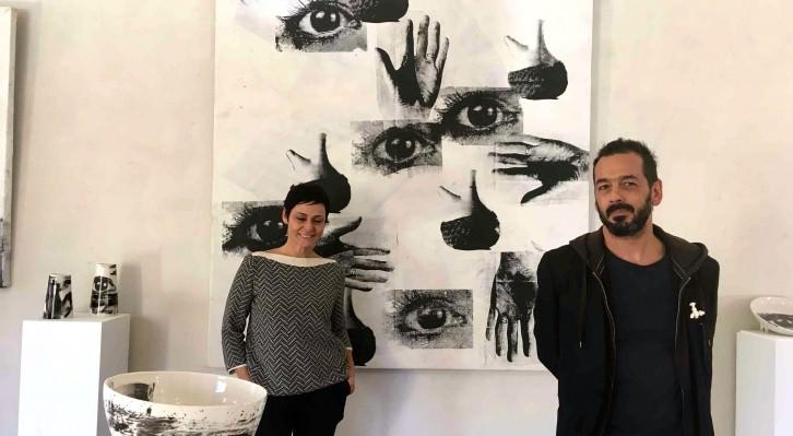 Los artistas Eugenia Boscá y José Pla posan entre algunas de las obras presentes en la exposición 'Rendez-vous. Cita a Llíria'. Fotografía: Merche Medina.