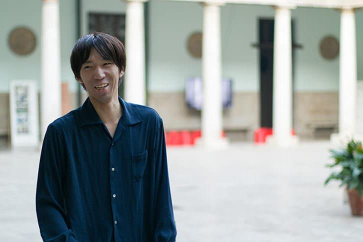 Kazuya Murayama en el claustro de La Nau de la Universitat de València. Imagen cortesía de La Cabina.