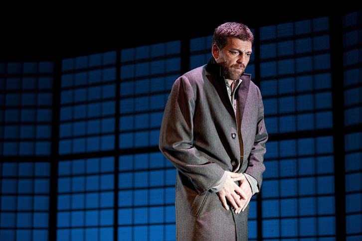 Hovik Keuchkerian en 'Un obús en el corazón'. Imagen cortesía de Teatro Rialto.