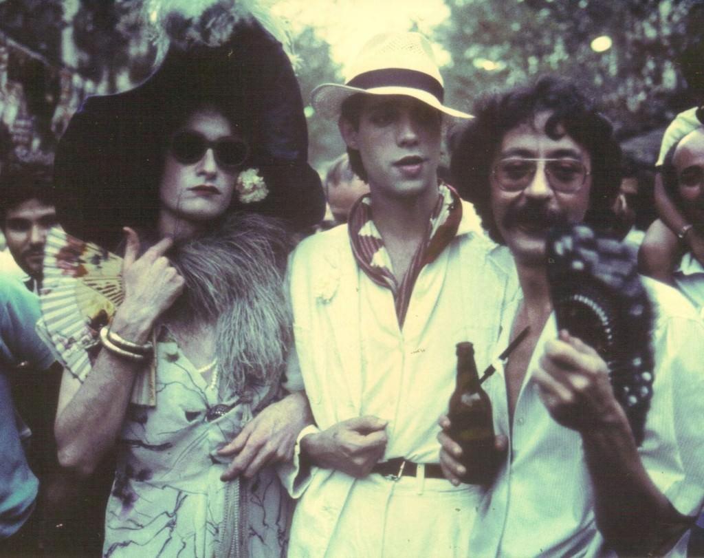 Ocaña, Camilo y Nazario transitan por las Ramblas canibaales en un fotograma de 'Ocaña, retrato intermitente' (Ventura Pons, 1978). Fotografía cortesía de la revista.
