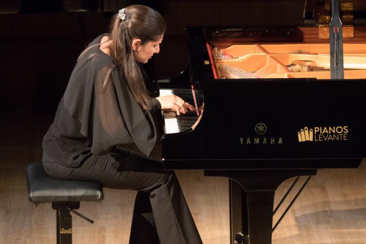 Fatima Dzusova durante su interpretación en la final del Premio Iturbi. Imagen cortesía de la Diputación de Valencia.