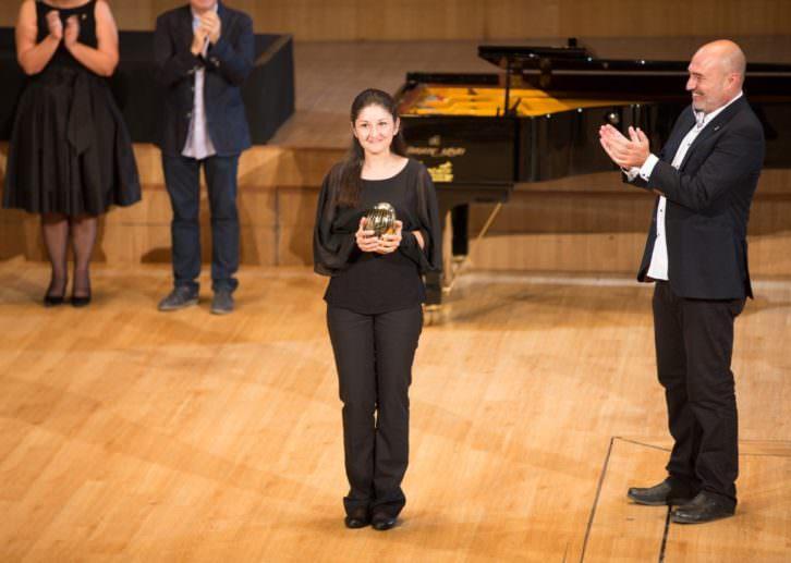 Fatima Dzusova con el galardón como ganadora del Premio Iturbi en presencia del diputado de Cultura Xavier Rius. Imagen cortesía de la Diputación de Valencia.