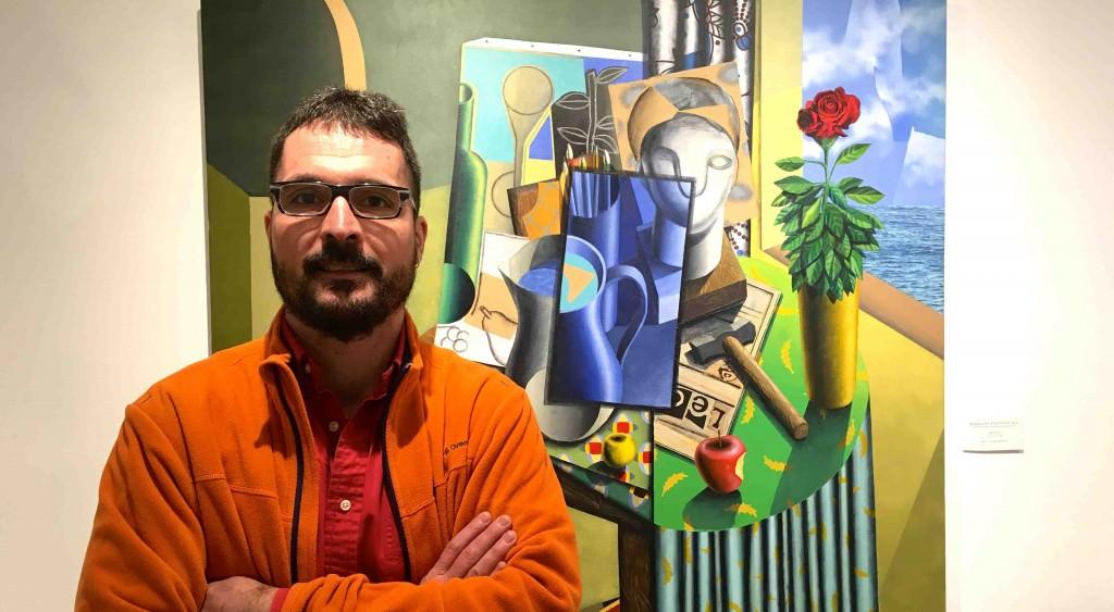 El artista Iván Araujo posa frente a la obra 'Bodegón Infinito XVI', presente en 'Todas las mañanas del mundo'. Fotografía: Merche Medina.