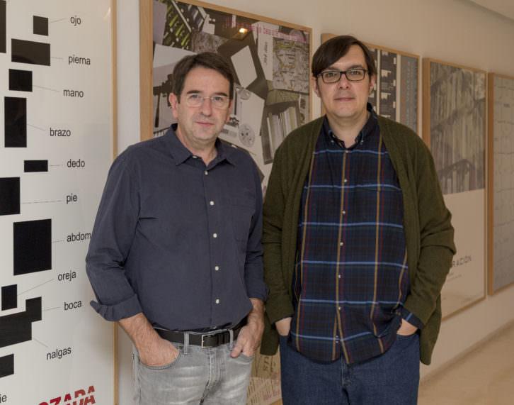 Ignasi Aballí (izda) junto a Sergio Rubira, comisario de la exposición. Imagen cortesía del IVAM.