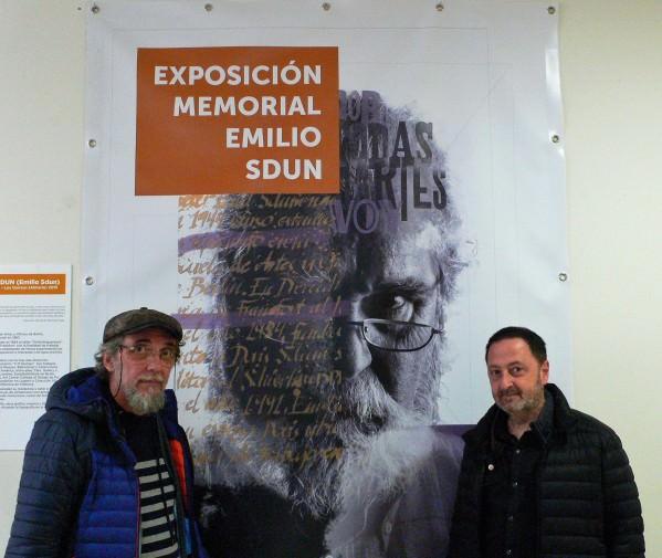 Antonio Damián y Antonio Alcaraz ante el cartel del memorial Emilio Sdun. Fotografía, Vicente Chambó.