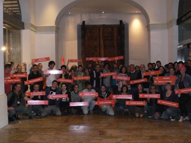 Editores y colaboradores celebran la clausura del Festival SINDOKMA el pasado mes de octubre en La NAU.