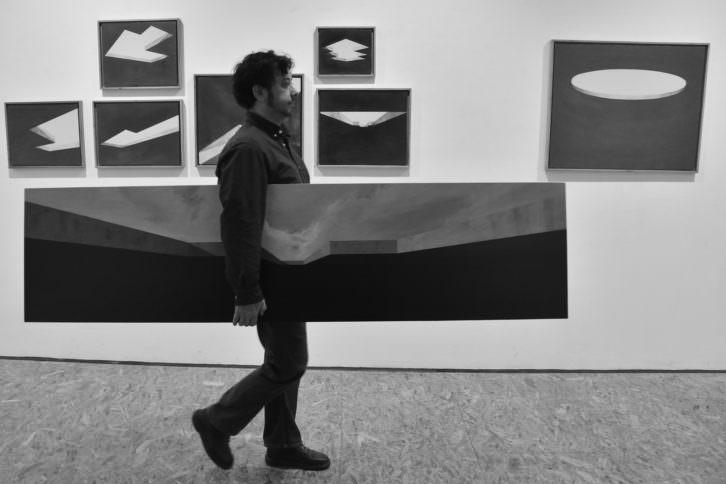 Rafa de Corral llevando una pieza en su exposición. Imagen cortesía del artista.