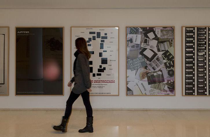 Vista de la exposición de Ignasi Aballí. Imagen cortesía del IVAM.