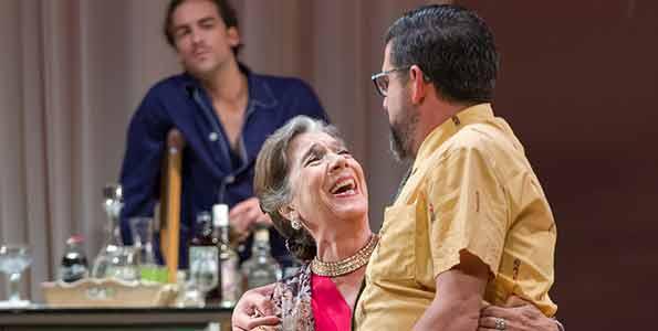 Andreas Muñoz, Alicia Sánchez y José Luis Patiño durante un instante de la representación de 'Una gata sobre un tejado de zinc caliente'. Fotografía cortesía e PTC.