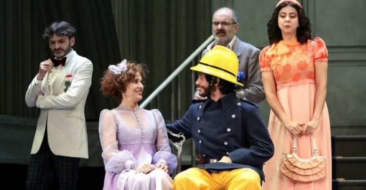 Escena de 'La cantante calva', de Eugène Ionesco, dirigida por Luis Luque. Teatro Olympia de Valencia.