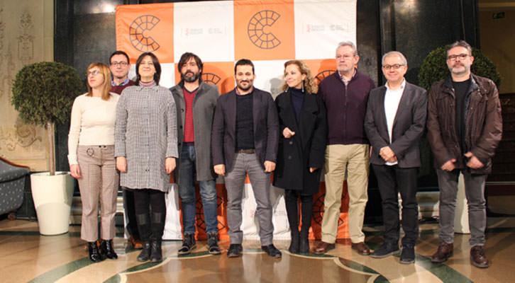 Miembros institucionales y representantes del sector teatral tras la firma del convenio, en el hall del Teatro Principal. Imagen cortesía de la Conselleria de Cultura.